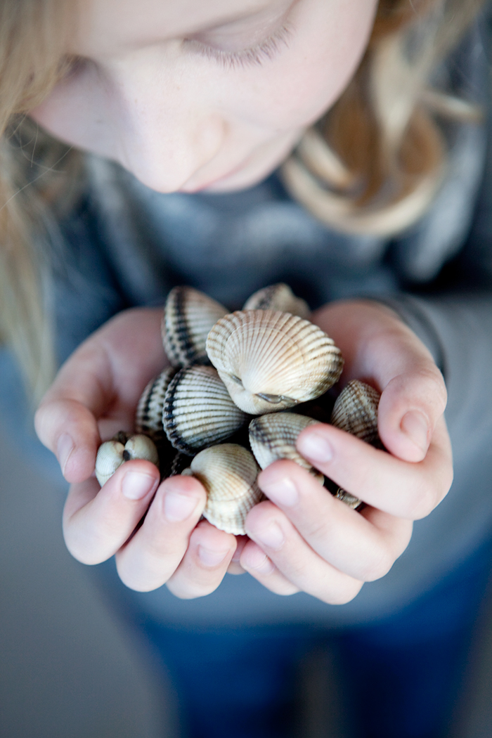 Girl with mussels in her hands :: Sonja Dahlgren/Dagmar's Kitchen